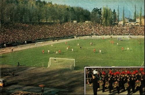 Stadion na Nowym Mieście. Mecz w latach 80. (źródło: dolny-slask.org.pl / dasio1974)