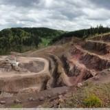 Księżycowy krajobraz kopalni trachybazaltów (melafirów) w Rybnicy Leśnej - panorama z Bukowca (źródło: dolny-slask.org.pl / fot. moose)