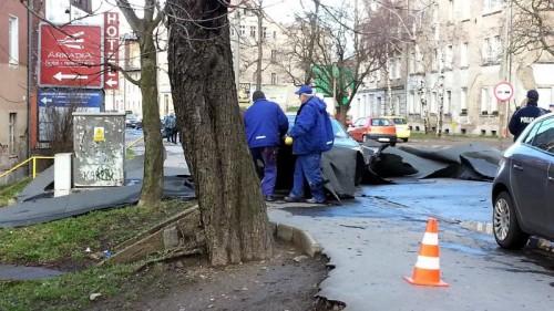 Wiatr zerwał dach z budynku przy ulicy Wrocławskiej (fot. Szpila)