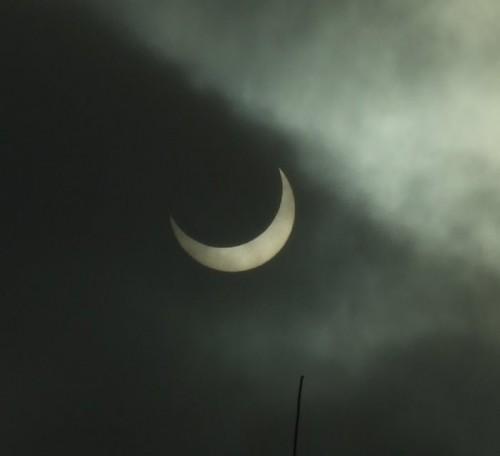 Częściowe zaćmienie Słońca w Polsce 4 stycznia 2011 (fot. Brydzo / wikimedia.org)