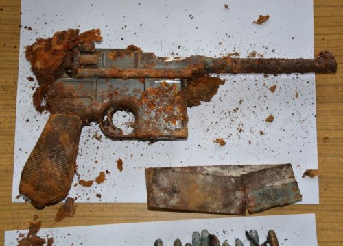 Mieszkaniec Jedliny-Zdrój znalazł skrzynkę z bronią (źródło: Komenda Miejska Policji w Wałbrzychu)